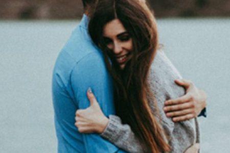 Γιατί οι γυναίκες θέλουν αγκαλιά και οι άνδρες όχι;
