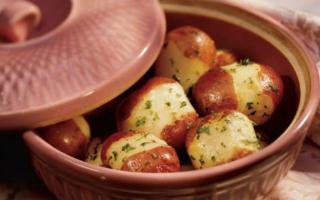 Με αυτόν τον τρόπο μπορούμε να κάνουμε τις πατάτες να μην κολλάνε στο ταψί – Newsbeast