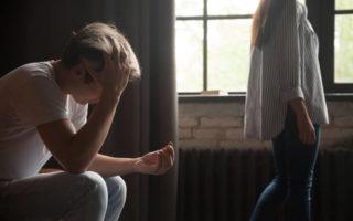 Ποια λάθη να αποφύγεις για να ξεπεράσεις γρήγορα τον σύντροφό σου μετά τον χωρισμό