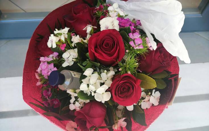 Λουλούδια για δώρο με γάντια και αντισηπτικά – Newsbeast