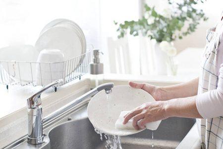 Τι πρέπει να κάνετε κάθε φορά που πλένετε τα πιάτα – Newsbeast
