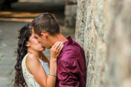 Τα 7 ευεργετικά οφέλη του φιλιού και για την υγεία και για τη σχέση μας!
