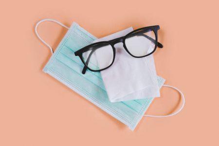 Τι να κάνεις για να μην θολώνουν τα γυαλιά σου όταν φοράς μάσκα – Newsbeast